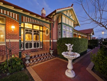 Brick queen anne house exterior with porch & hedging - House Facade photo 522749