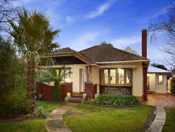 Brick californian bungalow house exterior with bay windows & landscaped garden - House Facade photo 523073