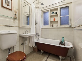 Retro bathroom design with built-in shelving using frosted glass - Bathroom Photo 525729