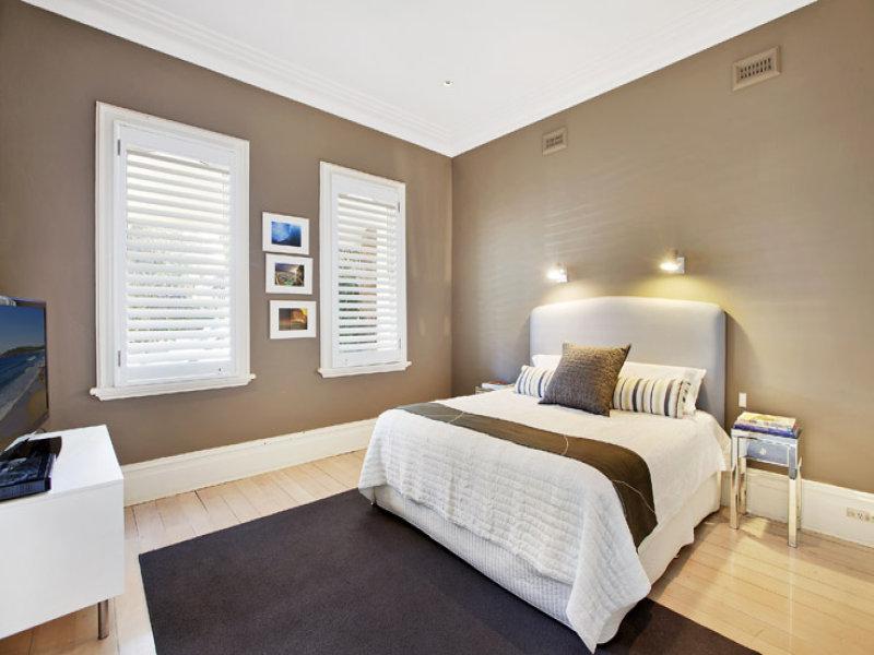 Modern Bedroom Design Idea With Floorboards Louvre