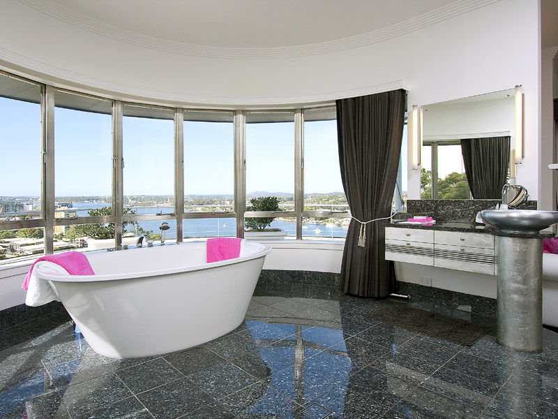 Modern bathroom design with floor-to-ceiling windows using ceramic - Bathroom Photo 525585