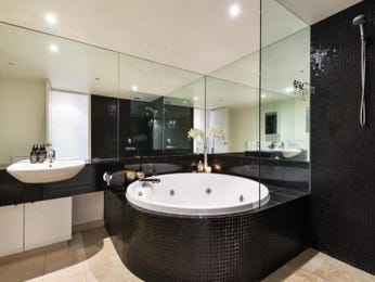 Ceramic in a bathroom design from an Australian home - Bathroom Photo 8725565