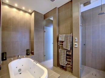 Modern bathroom design with spa bath using frosted glass - Bathroom Photo 106162