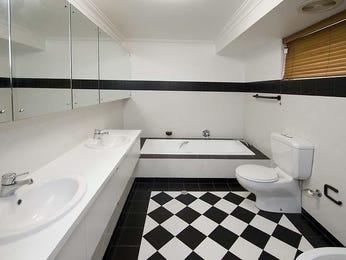 Art deco bathroom ideas with tiles for Art deco bathroom design ideas