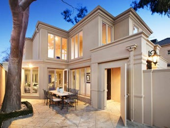 Indoor-outdoor outdoor living design with balcony & decorative lighting using grass - Outdoor Living Photo 108814