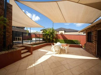Indoor-outdoor outdoor living design with verandah & hedging using glass - Outdoor Living Photo 110536