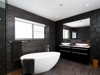 Modern bathroom design with bi-fold windows using ceramic - Bathroom Photo 111563