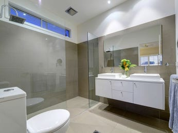 Modern bathroom design with twin basins using ceramic - Bathroom Photo 8635605