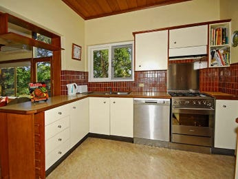 Classic l-shaped kitchen design using hardwood - Kitchen Photo 481174