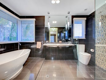 Modern bathroom design with freestanding bath using ceramic - Bathroom Photo 15013949