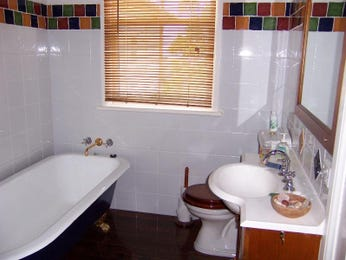 Classic bathroom design with claw foot bath using tiles - Bathroom Photo 442471