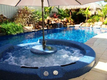 Landscaped pool design using bluestone with retaining wall & fountain - Pool photo 180310