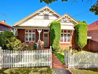 Brick californian bungalow house exterior with picket fence & hedging - House Facade photo 480139