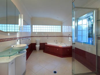 Retro bathroom design with corner bath using frameless glass - Bathroom Photo 232408