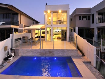 Landscaped pool design using bluestone with glass balustrade & decorative lighting - Pool photo 232609