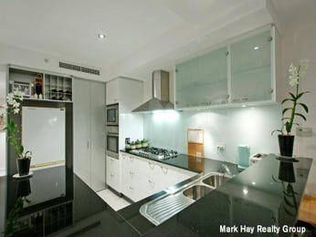 Modern u-shaped kitchen design using glass - Kitchen Photo 393700