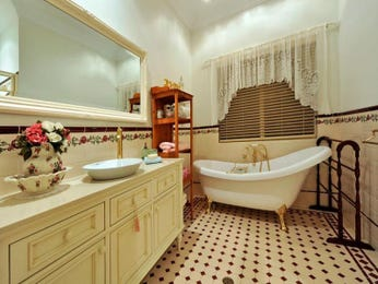 Country bathroom design with claw foot bath using ceramic - Bathroom Photo 239858