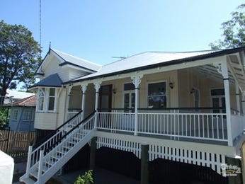 Weatherboard queenslander house exterior with bay windows & decorative lighting - House Facade photo 241581