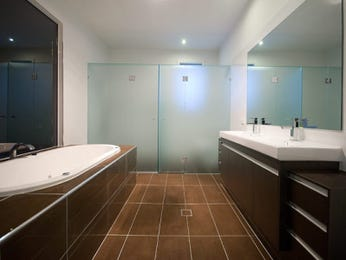 Classic bathroom design with claw foot bath using frameless glass - Bathroom Photo 449158
