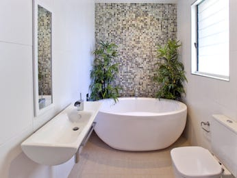 Modern bathroom design with freestanding bath using frosted glass - Bathroom Photo 291179