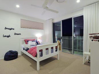 Children's room bedroom design idea with carpet & balcony using cream colours - Bedroom photo 292173