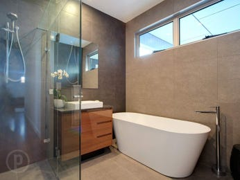 Modern bathroom design with freestanding bath using frameless glass - Bathroom Photo 17029325