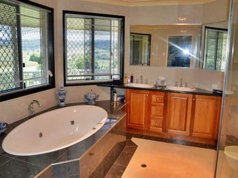 Classic bathroom design with spa bath using wood panelling - Bathroom Photo 14997817