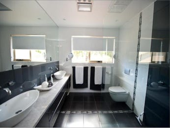 Modern bathroom design with twin basins using ceramic - Bathroom Photo 1100761