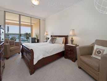 Classic bedroom design idea with carpet & floor-to-ceiling windows using beige colours - Bedroom photo 621046