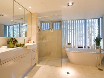 Classic bathroom design with built-in shelving using ceramic - Bathroom Photo 297440