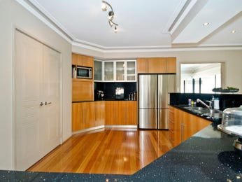 Modern u-shaped kitchen design using floorboards - Kitchen Photo 731906