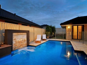 Geometric pool design using pavers with retaining wall & outdoor furniture setting - Pool photo 1312957