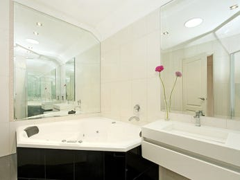 Classic bathroom design with corner bath using frameless glass - Bathroom Photo 681162