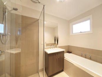 Modern bathroom design with recessed bath using glass - Bathroom Photo 1404741