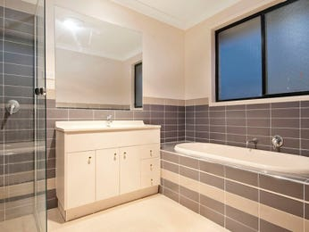 Classic bathroom design with recessed bath using frameless glass - Bathroom Photo 1017431