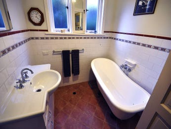 Classic bathroom design with freestanding bath using ceramic - Bathroom Photo 1529481
