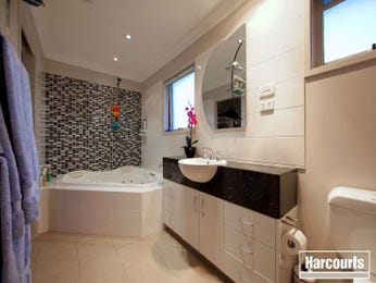 Classic bathroom design with built-in shelving using ceramic - Bathroom Photo 865793