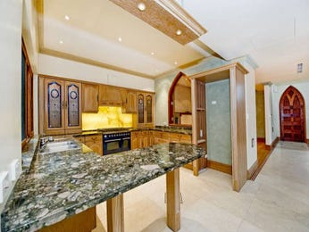 Classic l-shaped kitchen design using marble - Kitchen Photo 482721