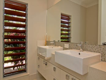Modern bathroom design with louvre windows using ceramic - Bathroom Photo 1251848