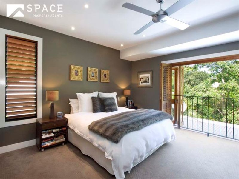 Modern bedroom design idea with floorboards & balcony