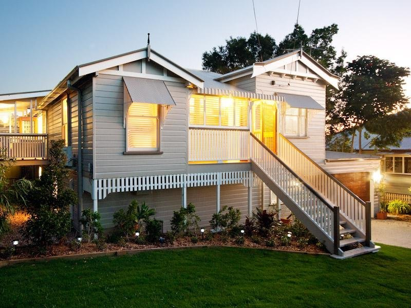 Weatherboard queenslander house exterior with porch for Exterior house facade ideas
