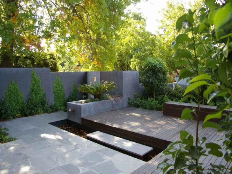 Modern garden design using bamboo with outdoor dining for Garden design pictures