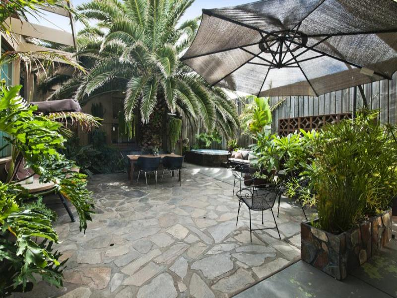 Tropical garden design using pavers with outdoor dining for Tropical landscape design