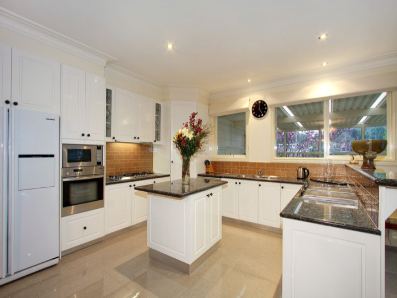 Retro U shaped Kitchen Design Using Granite