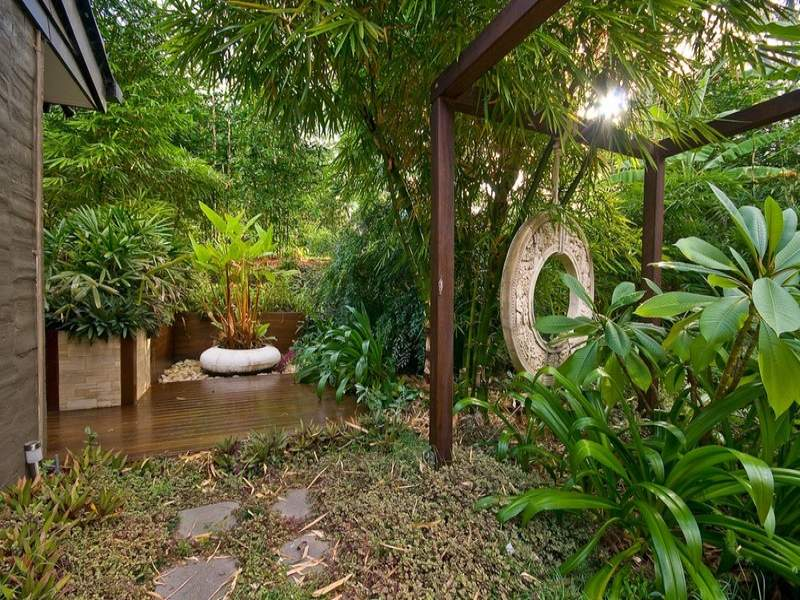 Tropical garden design using grass with deck & rockery - Gardens photo 178617