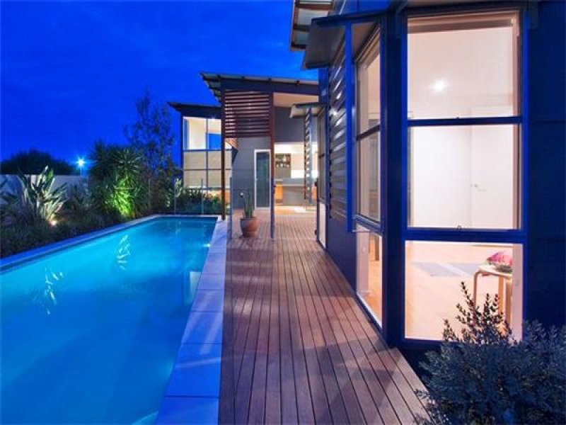 Freeform pool design using timber with spa & decorative lighting - Pool photo 401450