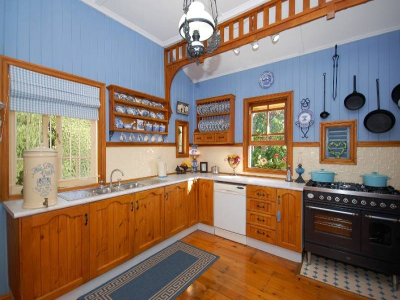 Classic kitchen dining kitchen design using timber for Timber kitchen designs