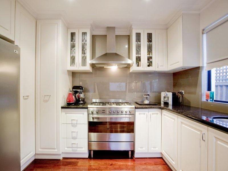 Classic u shaped kitchen design using hardwood kitchen for Kitchen designs u shape