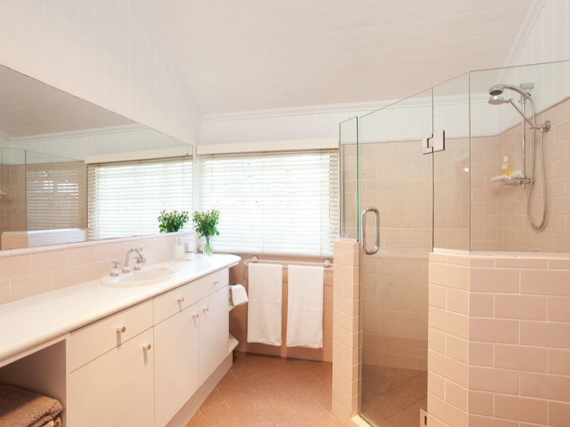 Frosted glass in a bathroom design from an australian home for Australian bathroom design ideas