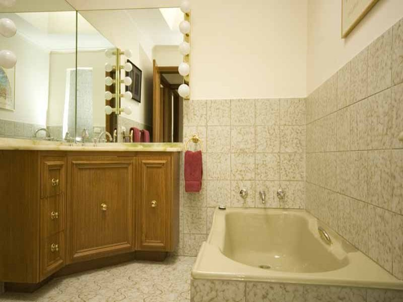 Classic bathroom design with recessed bath using ceramic - Bathroom Photo 388888